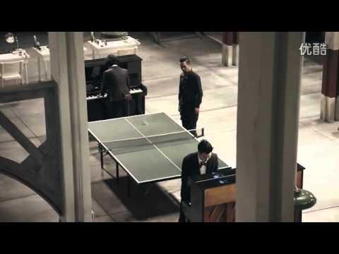 一邊彈鋼琴一邊用屁股打乒乓球!?