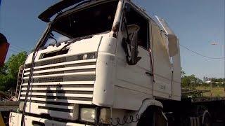 Caminhão carregado com madeira tomba na Rodovia Raposo Tavares