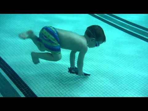 超厲害的小孩,小小年就能潛水這麼深!