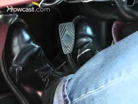 كيف تقود سيارة بناقل حركة يدوي