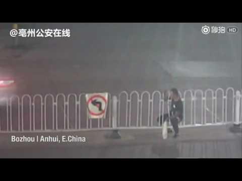 العرب اليوم - رجل يحشر نفسه بين قضبان سور حديدي