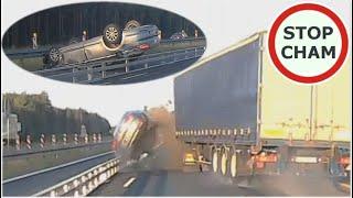 Mocne dachowanie po staranowaniu przez ciężarówkę – A1 Częstochowa