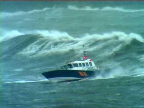 как вести лодку в шторм