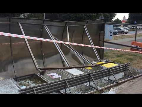 Wideo1: Samochód wjechał w przystanek autobusowy