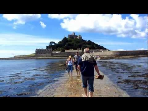 Walking the ancient causeway to St Michael's Mount in Cornwall (видео)