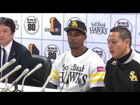 Gracial alegre en presentación oficial con Halcones en Japón