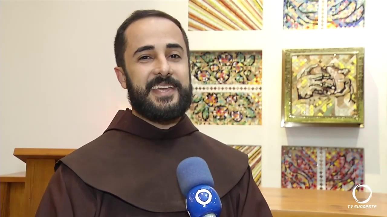 [Por que os franciscanos vestem o hábito marrom?]