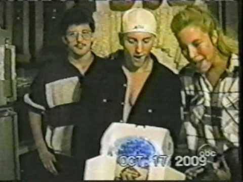 Eminem completa 44 anos de idade hoje / Vídeo de familiares cantando