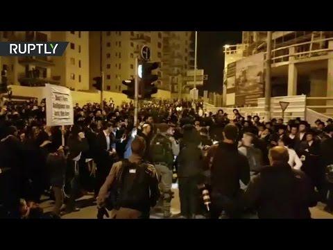 Тысячи ортодоксальных евреев вышли на акцию протеста в Иерусалиме - DomaVideo.Ru
