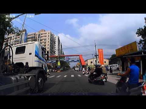 駕駛闖紅燈,後座友人嚇到腿軟不敢再上車!