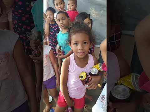 Bombons para as crianças da comunidade Areião