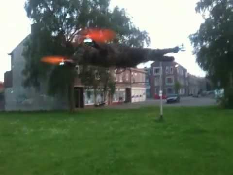 Alcuni ragazzi usano il corpo morto di un gatto per fare un elicottero telecomandato