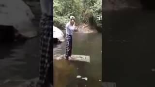 orang lagi solat di air