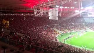 Torcida do Flamengo cantava, de repente uma parada pequena e o grito de gol. Flamengo 2 x 0 Cruzeiro. Campeonato...