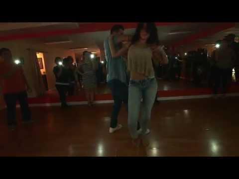 Zmysłowy taniec tej dziewczyny powalił facetów na kolana! Gorąca bachata rozpala wszystkie zmysły!