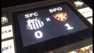 """Facebook: Santos Depressivo (facebook.com/santosdepressivo)Instagram: @santosdepressivoSnapchat: santosdepre1912Preferimos não fazer um vlog deste jogo pelo fato de termos ficado extremamente enfurecidos com o resultado, mas separamos pra vocês verem o """"protesto"""" da torcida santista no fim do jogo.SOBRE O JOGO:Santos erra muito, """"entrega"""" gol e perde para o Sport na VilaO Santos teve uma noite para se esquecer neste sábado, diante do Sport, na Vila Belmiro. Com moral alto após somar quatro vitórias e um empate nos cinco jogos anteriores, os donos da casa perderam gols feitos com Kayke e, principalmente, Jean Mota, pouco conseguiram criar e viram os pernambucanos marcarem o único gol da partida em lance infeliz do zagueiro Noguera. Já no fim da partida, ele """"entregou"""" a bola nos pés de Osvaldo, livre dentro da pequena área.Com o resultado, o Peixe perde uma invencibilidade de cinco jogos, construída desde a saída de Dorival Júnior, com quatro vitórias e um empate, estacionando nos 16 pontos conquistados. O Leão, por sua vez, chega aos 12, deixa a zona de rebaixamento e ganha um alívio após o início errante de Luxemburgo no cargo de técnico, somando sua primeira vitória dentro da Vila em toda a história.Na próxima rodada do Brasileiro, os comandados de Levir Culpi terão pela frente o Atlético-GO, no estádio Olímpico, em Goiãnia, às 19h (de Brasília) do sábado, dia 1º de julho. Antes, porém, têm um compromisso contra o Flamengo, quarta-feira, às 21h45, na Ilha do Urubu, pela Copa do Brasil. Já Vanderlei Luxemburgo e sua trupe retornam para a Ilha do Retiro, local da partida de domingo, dia 2 de julho, contra o Atlético-PR.FICHA TÉCNICA:SANTOS 0 X 1 SPORTLocal: Vila Belmiro, em Santos (SP)Data: 24 de junho de 2017, sábadoHorário: 19h00 (de Brasília)Árbitro: Rafael Traci (PR)Assistentes: Ivan Carlos Bohn (PR) e Luciano Roggenbaum (PR)Público: 7.272 presentesRenda: R$ 215.970,00Cartão amarelo: Lenis (Sport)Gol:SPORT: Osvaldo, aos 36 minutos do segundo tempoSANTOS: Vanderl"""
