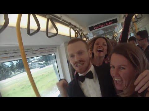1人の男性きっかけで電車の中がダンスパーティに!ハッピーな気分になる動画を発見