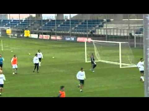 Mourinho se enfunda los guantes ante la prensa.flv (видео)