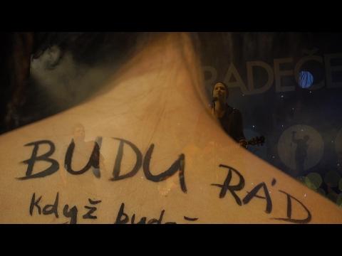 Zpěvák skupiny O5 a Radeček se v novém videoklipu svlékl a pomiloval svoji kámošku