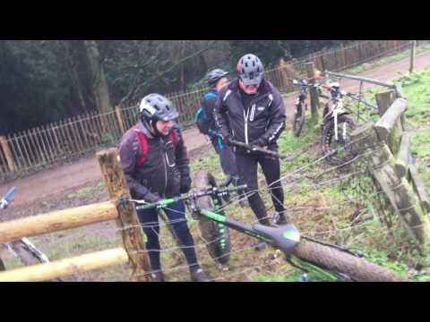 uwalniaja-rower-uwieziony-w-ogrodzeniu-pod-napieciem