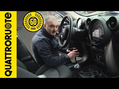 come pulire l'interno dell'auto da soli risparmiando