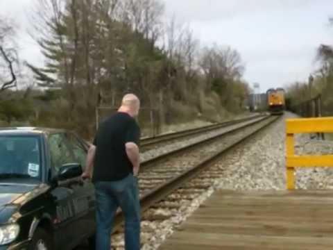 直擊汽車被火車狠撞的情況