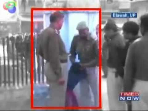 Dwóch policjantów podnosi za włosy sześciolatkę