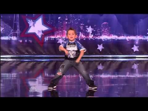 Cậu bé khiến giám khảo và khán giả phải đứng dậy