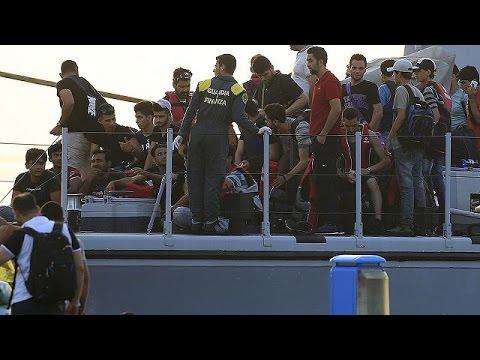 Διασωθέντες μετανάστες στη νότια Σικελία