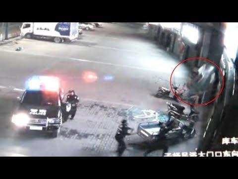 العرب اليوم - شاهد  لقطات مذهلة لضابط شرطة صيني وهو ينقذ سيدة