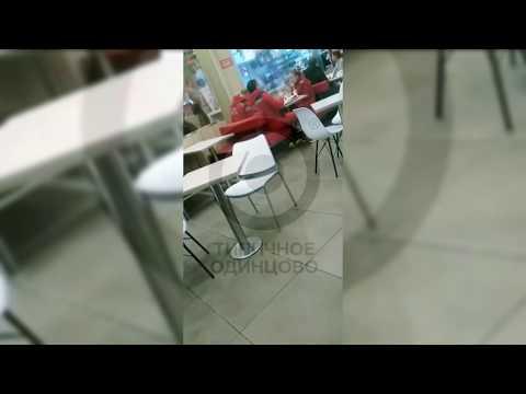 Врачи пообедали в кафе, не обращая внимания на лежащего без сознания мужчину