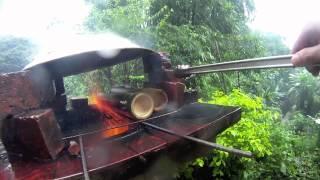 大雨滂沱中的卦山竹筒飯