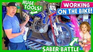 Video 🛠🛢 Changing Dirt Bikes Oil 🤺😵 Epic 3 vs 1 Kids LightSaber Battle! 😜🎆 MP3, 3GP, MP4, WEBM, AVI, FLV Juli 2017