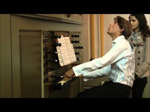 Kasper bespeelt het orgel in de Cellebroederskapel