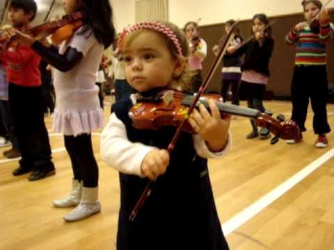 nena de dos años tocando violin suzuki master 19-06-2010