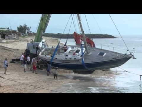 Between a rock and a hard place: sailing boat crash..._A valaha feltöltött legjobb vitorlázás videók