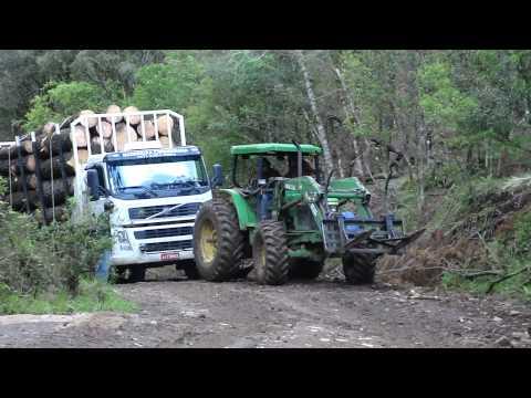 Trator desatolando caminhão. Tractor truck towing.
