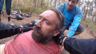 Video Over the bars mountain bike crash - Rider knocked unconscious. MP3, 3GP, MP4, WEBM, AVI, FLV Oktober 2017
