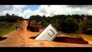 Brésil : le bus tombe dans un trou et est emporté par la rivière