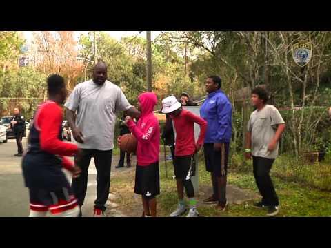 警察接獲有人投訴小孩打籃球發出的噪音,就跑去跟他們理論,沒想到他帶來的「重量級NBA巨星」幫手讓小朋友的人生都改變了!