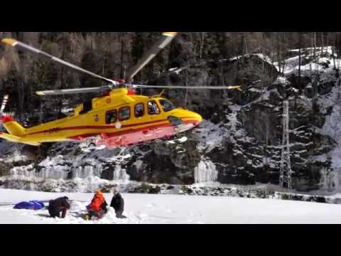crolla una cascata di ghiaccio a gressoney-st-jean (valle d' aosta)