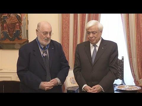 Το παράσημο του Ταξιάρχη του Τάγματος της Τιμής απένειμε στον συγγραφέα Κ. Γεωργουσόπουλο ο ΠτΔ