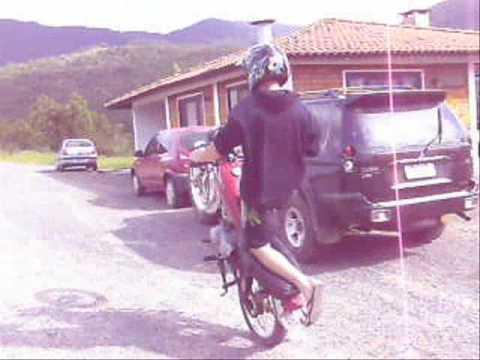 empinando de moto em canelinha