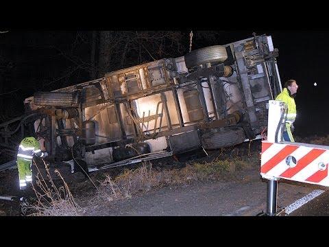Wetterburg: Lebensmittel-Lkw kippt um