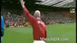 Sir Bobby Charlton schießt Elfmeter in Halbzeitpause (2010)