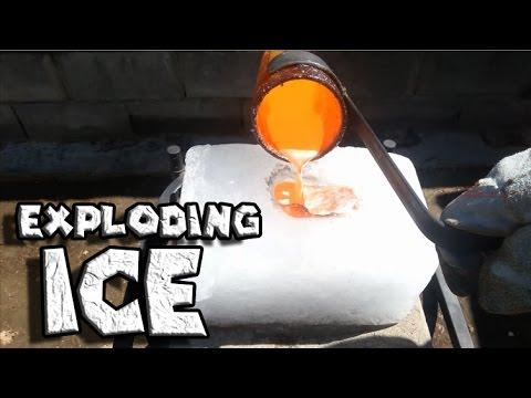 他把溶化的銅倒在大冰塊上時,一開始還靜靜地…幾秒後大家都驚呼「他沒事吧?」!
