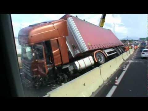 camion scania - 5.09.2012 Tir si ribalta e si scontra con due auto, chiusa A11 tra Prato Est e Firenze Ovest [VIDEO] . Autostrada A11 chiusa al traffico in direzione di Fire...