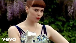 Music video by Kate Nash performing Kiss That Grrrl. (C) 2010 Polydor Ltd. (UK)