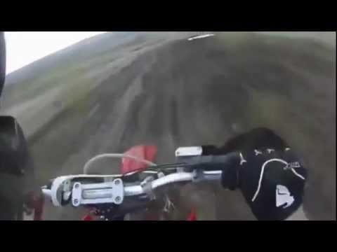 Motociclista choca contra tractor en plena carrera