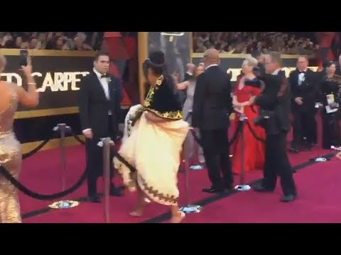 Tiffany Haddish HOPS Over Red Carpet Rope To Meet Meryl Streep at Oscars 2018